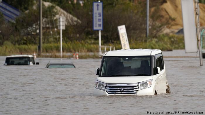 Затоплена внаслідок повені дорога у місті Сакура