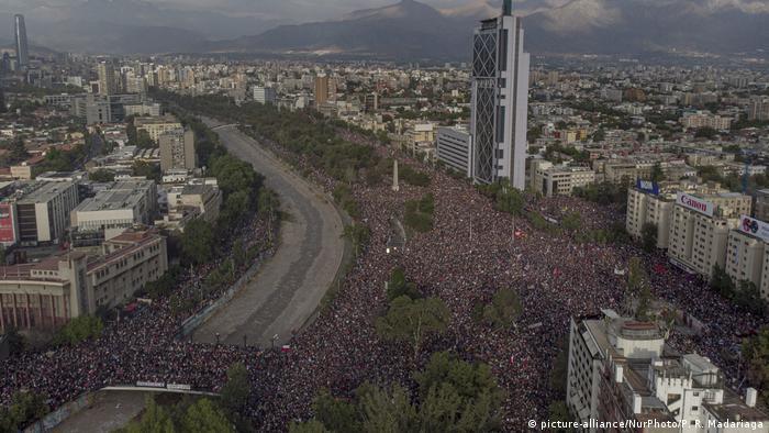 Şili'nin başkenti Santiago'da cuma günü yaklaşık 1 milyon kişinin katıldığı gösteri