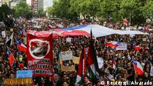 25.10.2019 Demonstrators march with flags and signs during a protest against Chile's state economic model in Santiago, Chile October 25, 2019. REUTERS/Ivan Alvarado