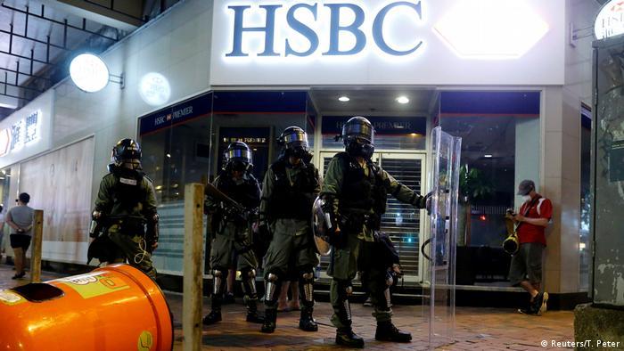 Hongkong Polizisten vor einer Bank (Reuters/T. Peter)