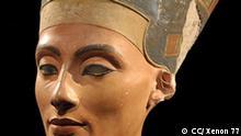 """Nofretete (in anderen Sprachen meist """"Nefertiti"""", ägyptisch Nfr.t-jy.tj, ursprüngliche Aussprache etwa Nafteta, für """"die Schöne ist gekommen"""") war die Hauptgemahlin des Pharaos Echnaton (Amenhotep IV.) und lebte im 14. Jahrhundert v. Chr. Bekannt wurde sie durch die Büste aus Kalkstein und Gips, die im Ägyptischen Museum im Nordflügel des Neuen Museums in Berlin ausgestellt ist."""