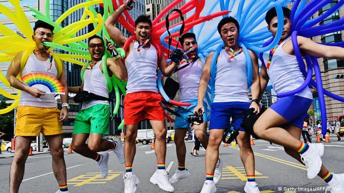 Учасники гейпараду в Тайбеї