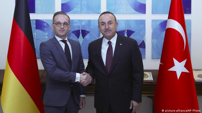 Maas and Cavusoglu shake hands (picture-alliance/AP Photo)