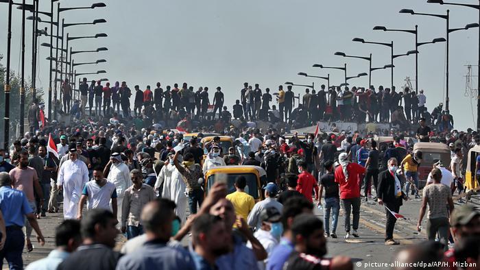 نیروهای امنیتی راه پلی را که به منطقه سبز بغداد منتهی میشود بستهاند درحالیکه معترضان در حال تجمع هستند