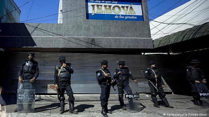 Foto de policías nicaragüenses en las afueras de instalación de medio de comunicación.