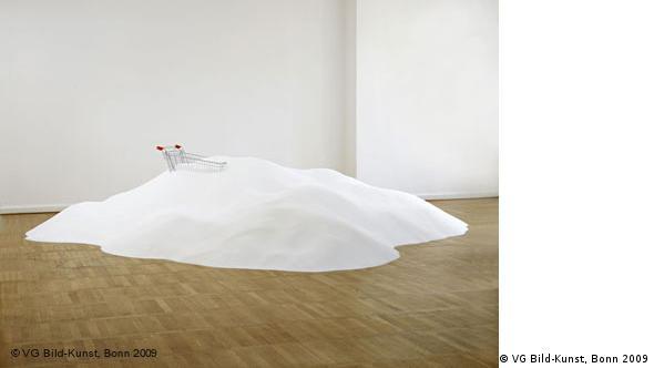 Томас Рентмайстер (Thomas Rentmeister) выставил гору сахара, в котором утонула тележка для покупок