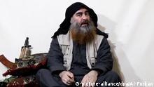 HANDOUT - 29.04.2019, ---: Der Screenshot eines undatierten Videos, das am 29.04.2019 über Al-Furkan, einen Medienkanal der IS, verbreitet wurde, zeigt den Anführer der IS-Terrormiliz Abu Bakr al-Bagdadi. Foto: ---/Al-Furkan /dpa | Verwendung weltweit