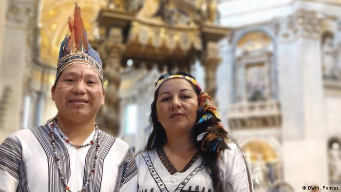 Yésica Patiachi Tayori e Siticonatzi Camaiteri na missa de encerramento do Sínodo