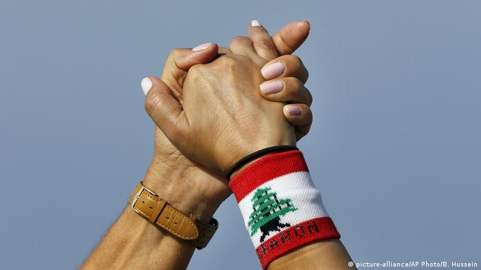 Libanon Menschenkette in Beirut (picture-alliance/AP Photo/B. Hussein)