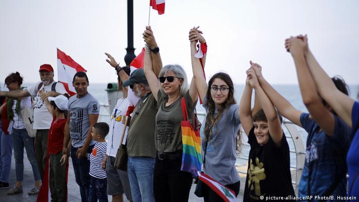 Cadena humana en Beirut en protesta contra la carestía y el mal gobierno en El Líbano.