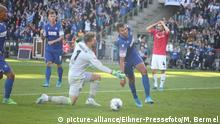 Deutschland 2. Bundesliga | Karlsruher SC - Hannover 96 | Szene zwischen Ron-Robert Zieler und Daniel Gordon