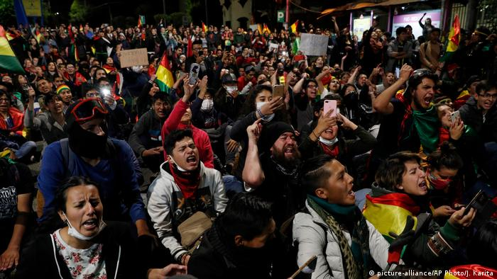 Anti-government protesters march demanding a second round presidential election, in La Paz, Bolivia (picture-alliance/AP Photo/J. Karita)