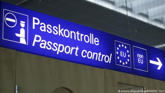 A sign for passport control at the airport in Munich, Germany (picture-alliance/imageBROKER/J. Tack)