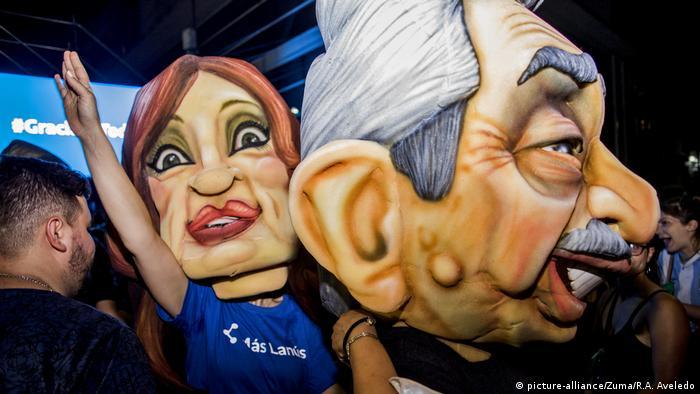 Simpatizantes vestem as máscaras de Alberto Fernández e Cristina Kirchner