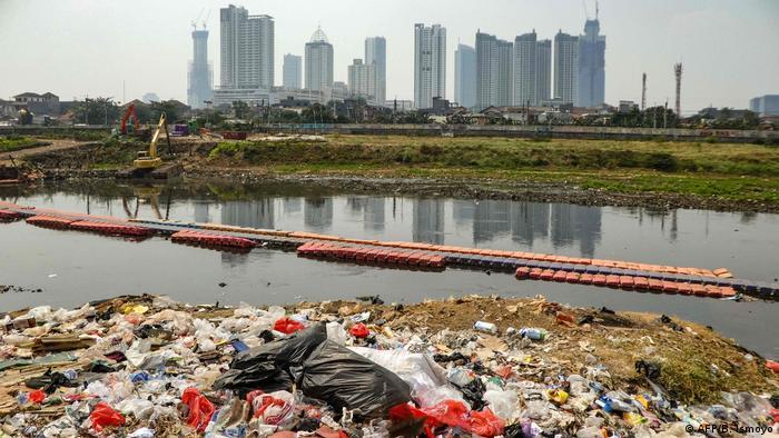 Indonesien Plastikmüll in Fluss