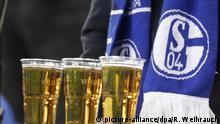Fußball: Bundesliga, FC Schalke 04 - SC Freiburg, 15. Spieltag am 17.12.2016 in Veltins Arena, Gelsenkirchen (Nordrhein-Westfalen). Vor einem Schalke Fan stehen drei Bier. Das Spiel endet 1:1. Foto: Roland Weihrauch/dpa | Verwendung weltweit