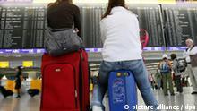 ARCHIV - ILLUSTRATION - Auf gepackten Koffern sitzen zwei Frauen am 22.07.2008 unter der Anzeigentafel in der Halle B von Terminal 1 des Flughafens in Frankfurt am Main während eines Streiks bei zwei Lufthansa-Töchtern. Nach dem Scheitern der Verhandlungen über einen neuen Gehaltstarifvertrag droht bei der Lufthansa ein Streik. Die Pilotenvereinigung Cockpit bereite für nächste Woche eine Urabstimmung vor, sagte ihr Sprecher Handwerg am Dienstag (05.01.2010). Die Gewerkschaft hatte 6,4 Prozent mehr Geld bei einer Laufzeit von zwölf Monaten verlangt. Betroffen sind rund 4500 Beschäftigte. Foto: Boris Roessler dpa/lhe +++(c) dpa - Bildfunk+++