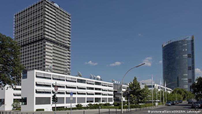 Bon: Bela niska zgrada Dojče vele, levo je zgrada UN a desno centrala Nemačke pošte