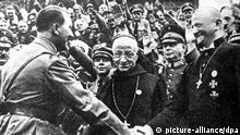 Adolf Hitler (l) begrüßt während des Reichsparteitags der NSDAP 1934 in Nürnberg Reichsbischof Ludwig Müller (r). Selten ist ein Ereignis im Vatikan mit solcher Spannung erwartet worden wie das angekündigte Schuldbekenntnis am 12.3.2000 von Papst Johannes Paul II. für Verfehlungen der Katholischen Kirche. Kardinal Ratzinger warnte eigens vor überzogenen Erwartungen. Schon heute ist klar: Das Schuldbekenntnis wird ein schwerer Gang des Papstes. Niemand weiß in der Öffentlichkeit bislang, was der Papst bei dem «historischen Ereignis» im Petersdom genau sagen wird, wie konkret er Schuld und Sünden der Kirche in der Vergangenheit beim Namen nennen will. Lang ist die Liste der Verfehlungen: Da sind die blutigen Kreuzzüge und die Inquisition im Mittelalter, gewaltsame Missionierungen im Zuge der Kolonialisierung - und natürlich das schwarze Kapitel des Judenhasses, das sich wie ein roter Faden durch die 2000-jährige Kirchengeschichte zieht. | Verwendung weltweit