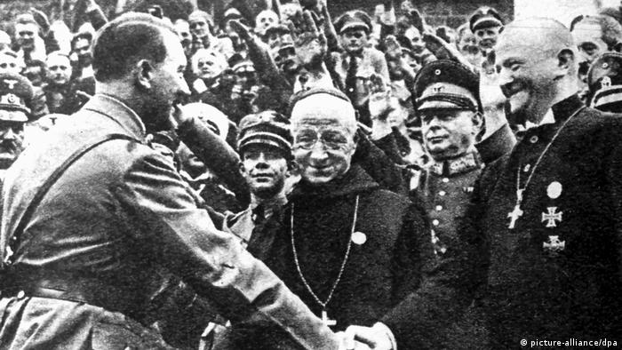 Adolf Hitler na kongresu njegove stranke NSDAP 1934. je pozdravio i tadašnjeg biskupa iz Nürnberga, Ludwiga Müllera. Papa Ivan Pavao II se 2000. pokajao zbog grešaka koje je Katolička crkva napravila u odnosu prema nacistima.