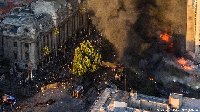 Incendios y violencia en Santiago de Chile (28.10.2019). Indicadores como empleo y crecimiento se están viendo afectados por la crisis que vive el país desde hace un mes.