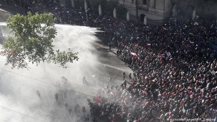 Forças de segurança dispersam manifestantes com gás lacrimogêneo e canhões d'água no centro de Santiago