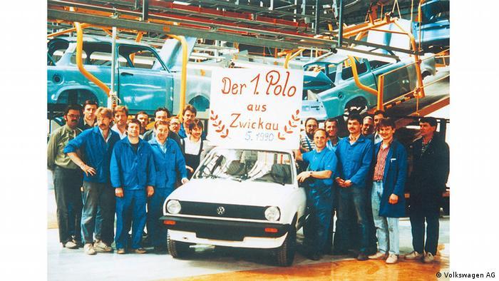 Mai 1990: Hinten laufen noch Trabant über die Bänder, vorne präsentieren Mitarbeiter in Zwickau stolz den ersten von ihnen gebauten VW-Polo