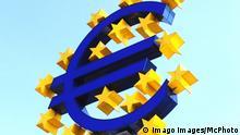 Euro Logo vor der Europäischen Zentralbank