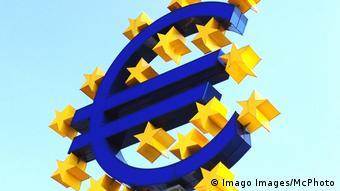 Знак евро перед Европейским центробанком