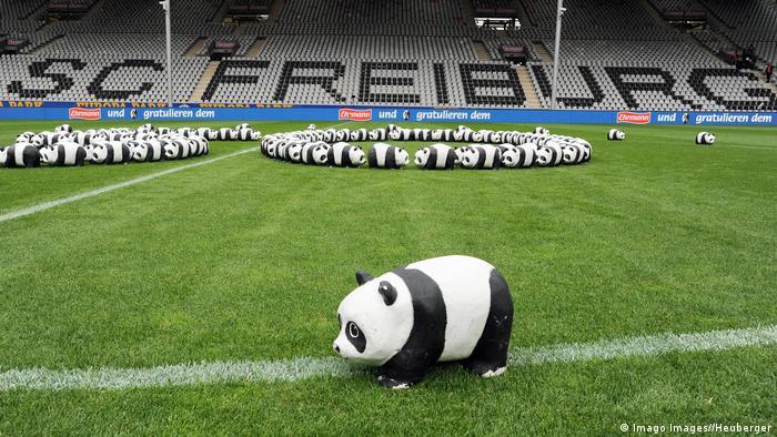 Deutschland SC Freiburg WWF Panda Bär im Stadion (Imago Images//Heuberger)