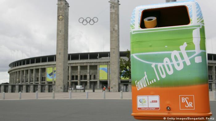 Deutschland Berlin Mülleimer vor dem Olympiastadion vor der WM 2006 (Getty Images/Bongarts/A. Rentz)