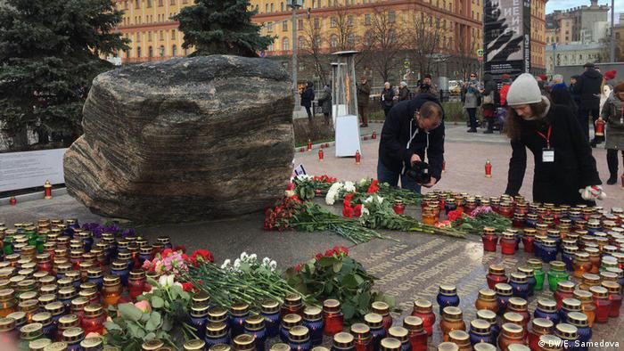 Акция Возвращение имен у Соловецкого камня на Лубянской площади в Москве, 29 октября