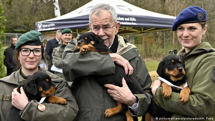 BG Militärhunde | Militärhundestaffel Bundesheer | Bundespräsident Alexander Van der Bellen (picture-alliance/picturedesk/H. Punz)