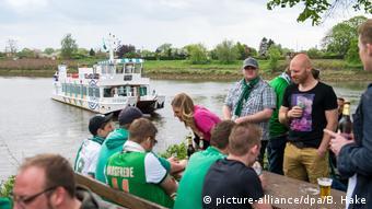 Болельщики бременского клуба Werder ожидают паром, чтобы добраться до стадиона