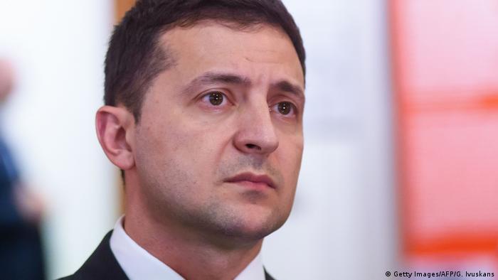 Рейтинг президента України Володимира Зеленського впав до 52 відсотків, свідчать результати соцопитування КМІС