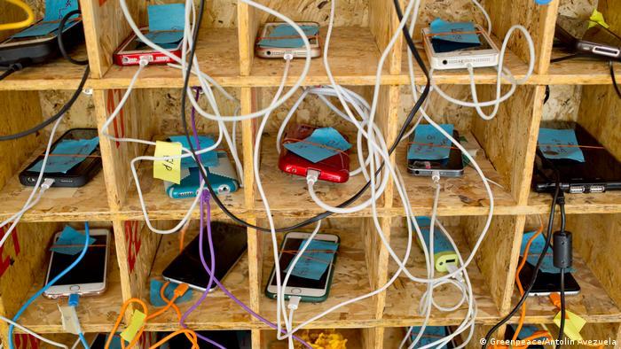 Estación de carga de teléfonos inteligentes, en Tailandia.