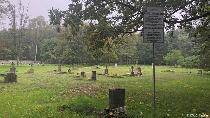 Cmentarz za kliniką w Lublińcu: nie pƚoną znicze, prawie nie ma kwiatów