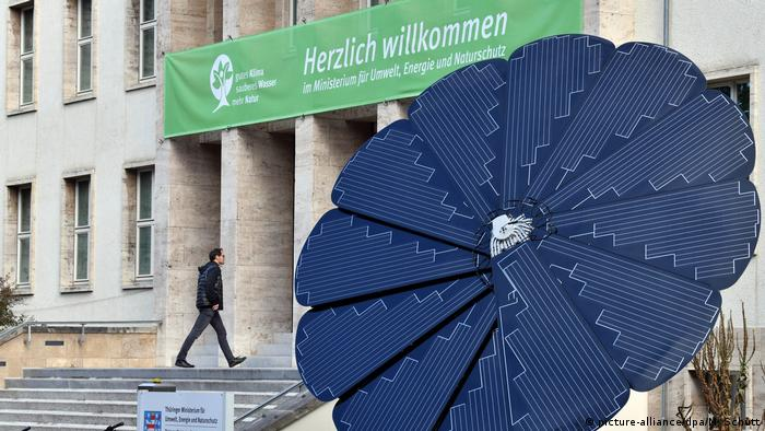 A flower-shaped solar plant in front of Thuringia's state Environment Ministry in Erfurt, Germany (picture-alliance/dpa/M. Schutt)