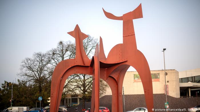 US artist Alexander Calder's sculpture Hellebardier or Guadelopue in Hanover, Germany (picture-alliance/dpa/S. Schuldt)