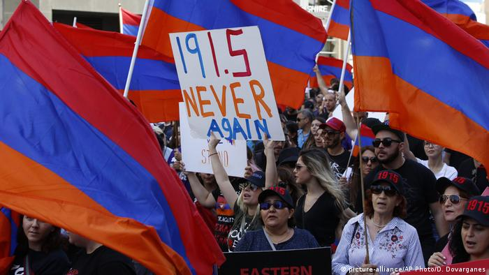 Residents of Los Angeles conmemorate the Armenian Genocide in a rally