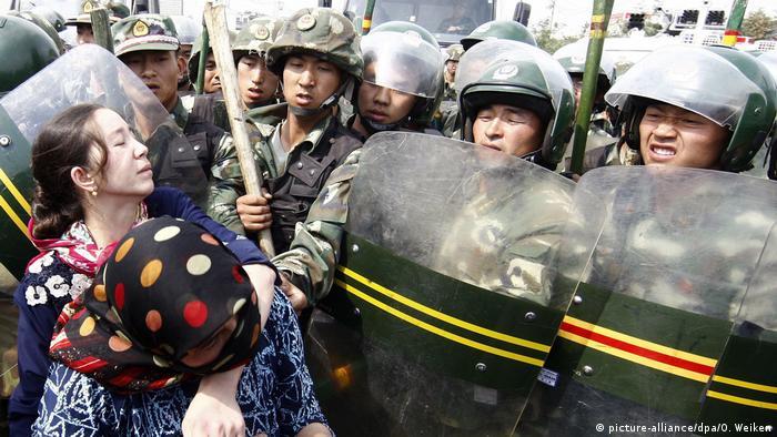 سرکوب اویغورهای مسلمان توسط سربازان چینی