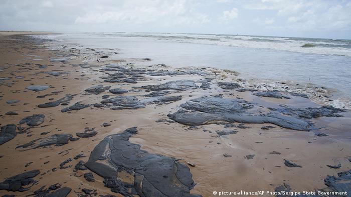 Manchas de óleo em areia de praia