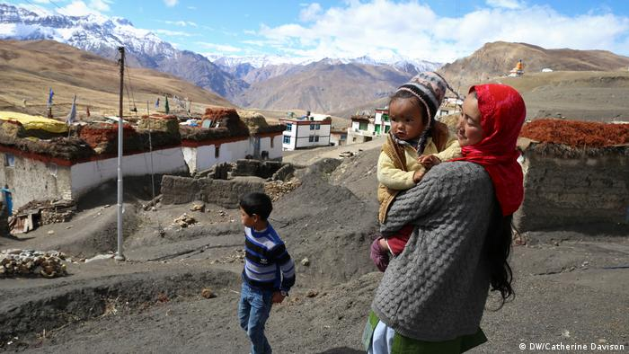 Water shortages make life unstable for families in Himalayan villages (DW/Catherine Davison)