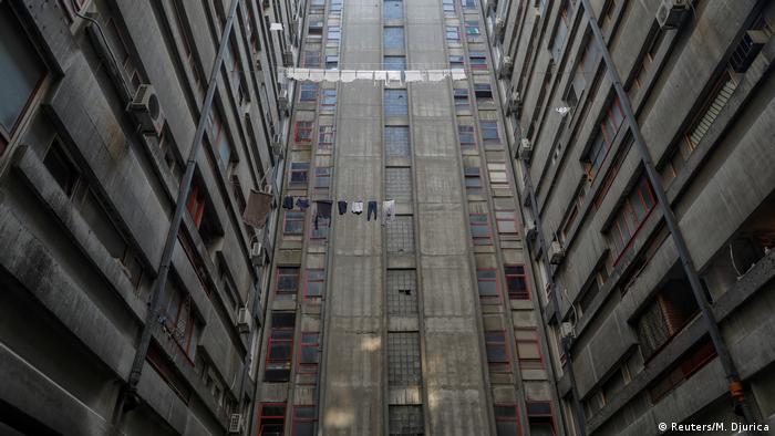 С ръста на населението нуждата от жилища в социалистическа Югославия нараства. Навсякъде в страната могат да се видят високи бетонни сгради, устремени към небето. Най-известни са кулите Генекс, наричани още Западната порта. Едната е висока 124 метра, има 30 етажа и 184 апартамента, а по-високата е на 39 етажа. Днес тя е необитаема, но по-ниската все още се използва като жилищна сграда.