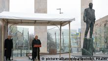 29.10.2019, Russland, Moskau: 6059180 29.10.2019 Russian President Vladimir Putin speaks during the unveiling ceremony of the monument to former diplomat Yevgeny Primakov in front of the Foreign Ministry building, in Moscow, Russia. The 29th of October is the 90th birthday's anniversary of famous Russian politician and diplomat Yevgeny Primakov who during his long career served as country's Prime Minister, Foreign Minister and chief of the intelligent service. Special Presidential Envoy for International Cultural Cooperation Mikhail Shvydkoy, is at left. Iliya Pitalev / Sputnik Foto: Iliya Pitalev/Sputnik/dpa |