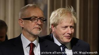 Κόρμπιν και Τζόνσον εξέρχονται της αίθουσας του Κοινοβουλίου