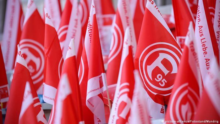 Fußball Bundesliga   Fortuna Düsseldorf, Flaggen (picture-alliance/Fotostand/Wundrig)