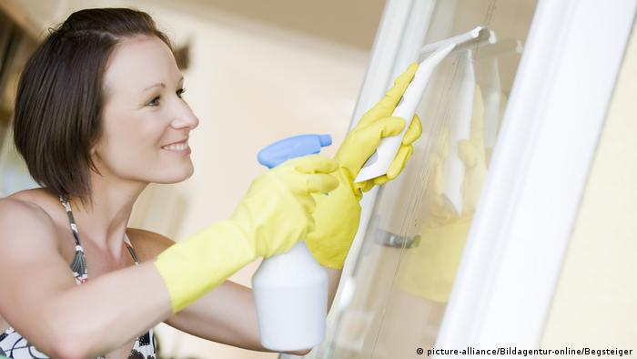 window cleaning (picture-alliance/Bildagentur-online/Begsteiger)