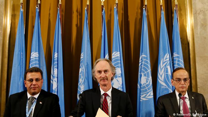 اللجنة المصغرة في أول اجتماع لها في أكتوبر 2019، وتضم من اليسار إلى اليمين: أحمد كزبري، عن وفد الحكومة السورية، غير بيدرسون المبعوث الأممي، وهادي البحرة عن وفد المعارضة. (أرشيف)
