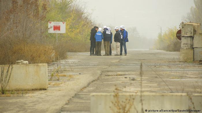 Представники СММ ОБСЄ у районі розведення сил і засобів у Золотому